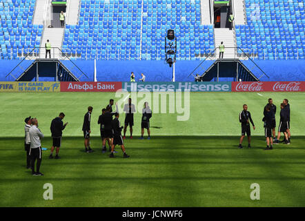 St. Petersburg, Russia. 16th June, 2017. Russia, St. Petersburg, June 16, 2017. The New Zealand team examined the - Stock Photo