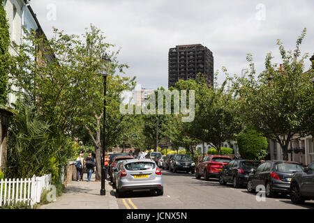 London, UK. 16th June, 2017. A view of the burnt out hulk of the Grenfell Tower on the approach from Holland Park. - Stock Photo