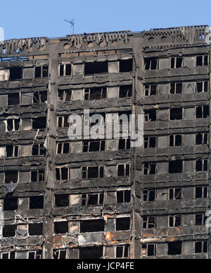Kensington, London, UK. 17th June, 2017. Scenes around the charred remains of the Grenfell tower block on Latimer - Stock Photo