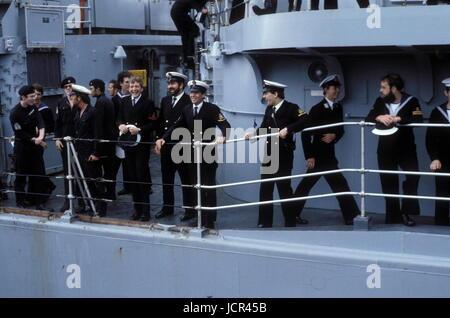 AJAXNETPHOTO. 19TH JUNE. 1982. PORTSMOUTH, ENGLAND. - SURVIVOR RETURNS - CREW OF THE THE BOMB DAMAGED TYPE 42 (1&2) - Stock Photo