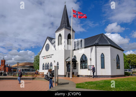 Cardiff Bay, Cardiff, Wales - May 20, 2017: Norwegian Church and arts centre, with flag and people - Stock Photo