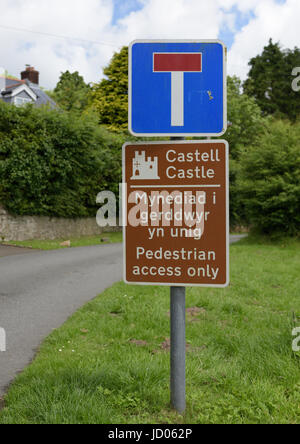 Bilingual No entry and castle signs in welsh and english in north wales uk - Stock Photo