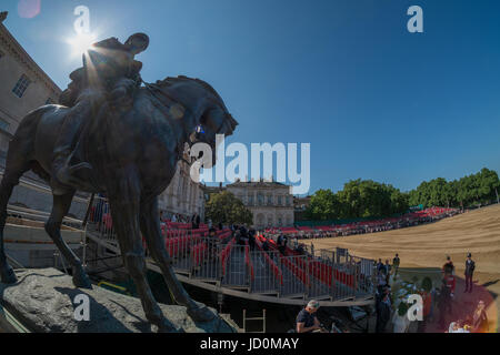 Horse Guards Parade, London, UK. 17th June 2017. Spectators begin to arrive on the parade ground in strong sun and - Stock Photo