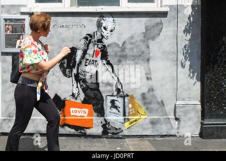 London: 17th June 2017. Graffiti on wall of London School of Dramatic Art Kensington. :Credit claire doherty Alamy/Live - Stock Photo