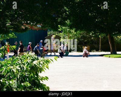 People performing martial arts, Tai-chi, in Jardin, des Plantes, Paris park, during June heatwave. Paris, France. - Stock Photo