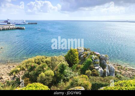 France, Finistère (29), Roscoff, le jardin exotique, panorama depuis le haut du rocher appelé Roc'h Hievec avec - Stock Photo