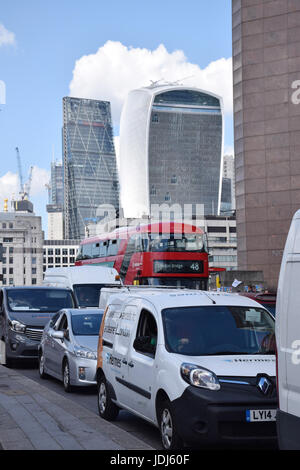 Traffic on London Bridge.  In the background: City of London - 20 Fenchurch Street (Walkie Talkie building) and - Stock Photo