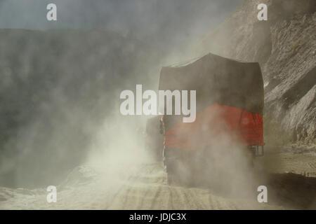 Asia, India, Northern India, truck on the runway of Spliti to Lahaul,, Asien, Indien, Nordindien, LKW auf der Piste - Stock Photo
