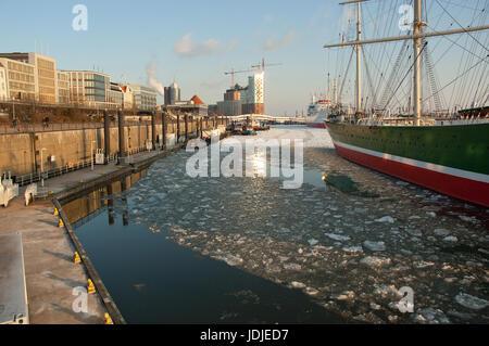 Elbphilharmonie und Cap San Diego - Stock Photo