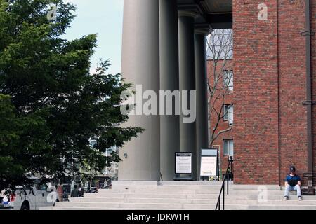 Boston, Massachusetts, USA. 24th Apr, 2017. Harvard University is a private Ivy League research university in Cambridge, - Stock Photo