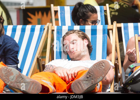 London, UK. 21st June, 2017. Sun worshippers soaking up the sun on London Riveside with with soaring temperatures - Stock Photo