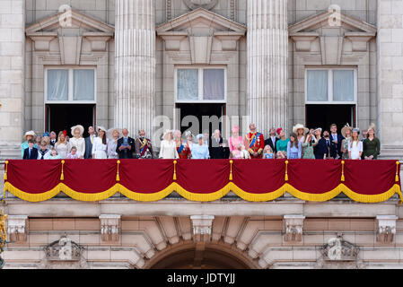Royalty peter phillips and autumn kelly wedding st for Queens wedding balcony