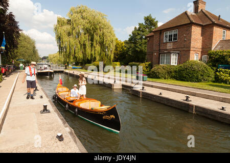 Boats and the lock keeper and lock house, Shiplake Lock on the River Thames in Oxfordshire, England UK - Stock Photo