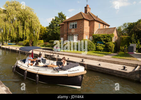 River Thames Oxfordshire; - A boat in Shiplake Lock, on the River Thames, Oxfordshire England UK - Stock Photo