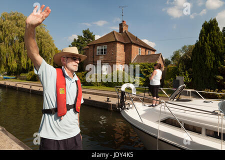 River Thames Oxfordshire - lock keeper at Shiplake Lock directing boats, Thames river, Oxfordshire England UK - Stock Photo