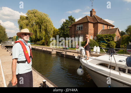 Lock keeper working at Shiplake lock on the River Thames in Oxfordshire England UK - Stock Photo