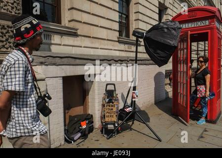 London, UK. 21st June, 2017. A man is offering photo printing services for tourists who would like to have their - Stock Photo