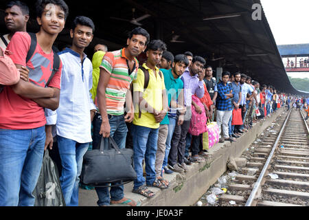 Dhaka, Bangladesh. 22nd Jun, 2017. Bangladeshi homebound people wait for train as they head to their hometowns ahead - Stock Photo