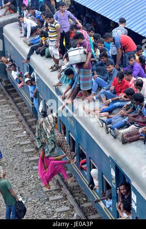Dhaka, Bangladesh. 22nd Jun, 2017. Bangladeshi homebound people try to climb on the roof of an overcrowded train - Stock Photo