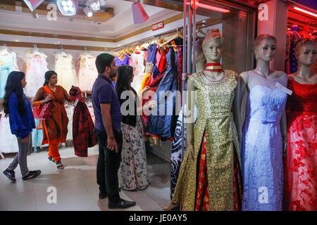 Dhaka, Bangladesh. 22nd Jun, 2017. Bangladeshi women shop at market during the preparation for the celebrate Eid - Stock Photo
