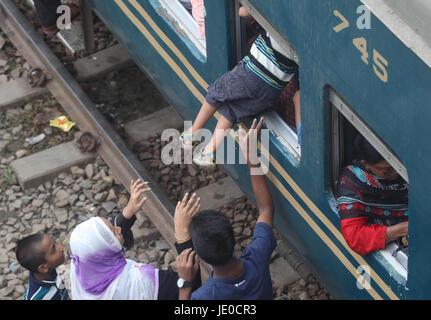 Dhaka, Bangladesh. 22nd Jun, 2017. Bangladeshis cram onto a train as they travel home to be with their families - Stock Photo