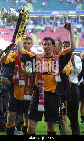 ROBBIE FOWLER WITH FA CUP ARSENAL V LIVERPOOL MILLENIUM STADIUM CARDIFF WALES 12 May 2001 - Stock Photo