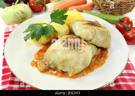 ein Teller mit Kohlroulade und Kartoffeln - Stock Photo