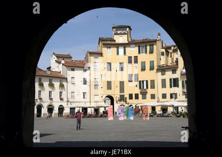 Italy, Tuscany, Lucca, Piazza del Mercato, view by an archway, - Stock Photo