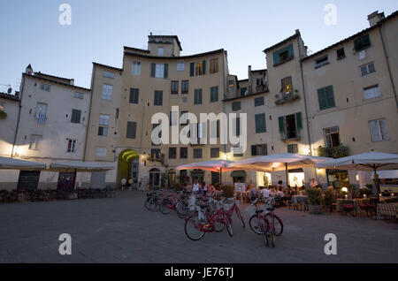 Italy, Tuscany, Lucca, Piazza del Mercato, street cafes in the evening, - Stock Photo