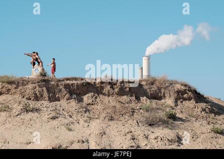 Zikim, Israel. 22nd June, 2017. Israelis seek recreation at Zikim Beach, 3.5Km north of the Gaza Strip, adjacent - Stock Photo