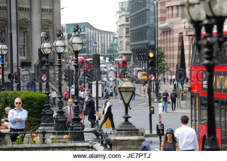 London, UK. 22nd Jun, 2017. Hot Weather at City of London people taking lunch break on the benches outside Bank - Stock Photo