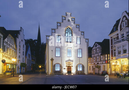 Germany, North Rhine-Westphalia, Brakel, Old Town, in the market, city hall, evening, Teutoburger wood, Weser mountainous - Stock Photo
