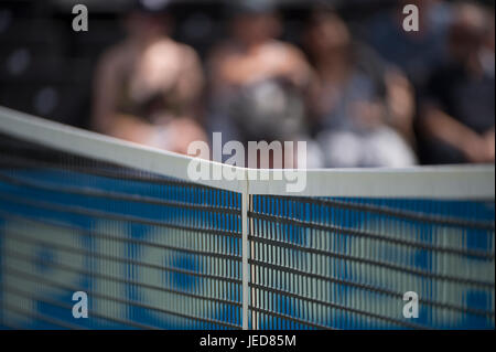 The Queen's Club, London, UK. 23rd June, 2017. Day 5 of the 2017 Aegon Championships, centre court action with Sam - Stock Photo