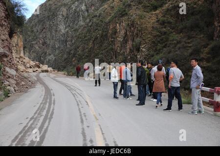 Mangkam. 24th June, 2017. Photo taken on June 24, 2017 shows the landslide site near Erdaoban, which blocks the - Stock Photo