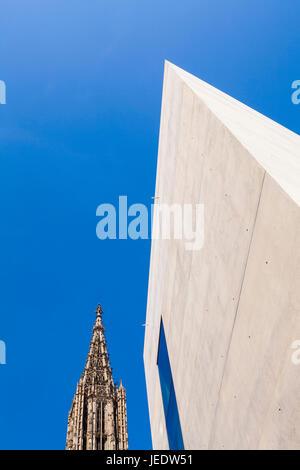 Deutschland, Baden-Württemberg, Ulm, Münster, Ulmer Münster, Fassade Bürogebäude Münstertor, Kirchturm, Beton, Sichtbeton, - Stock Photo
