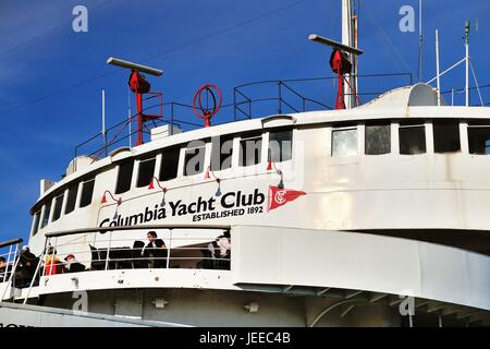 A yacht provides a ftting home for the Columbia Yacht Club in Chicago's DuSable Harbor. Chicago, Illinois, USA. - Stock Photo