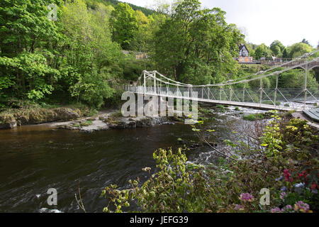 River Dee, Wales. The Chain Bridge over the River Dee at Berwyn, with Berwyn Railway Station in the background. - Stock Photo