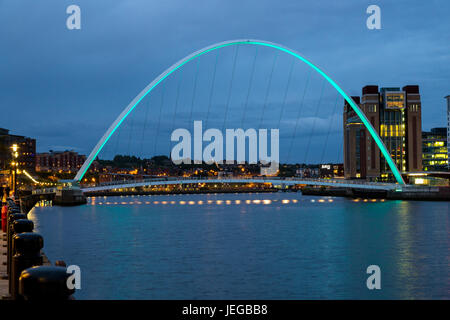 Newcastle-upon-Tyne, England, UK.  Gateshead Millennium Bridge over the River Tyne at Night. - Stock Photo