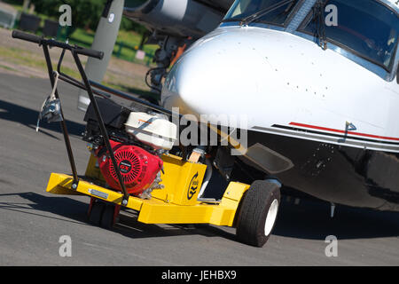 Mechanical aero air tug for towing aircraft attached to a Rockwell Commander 695 - Stock Photo