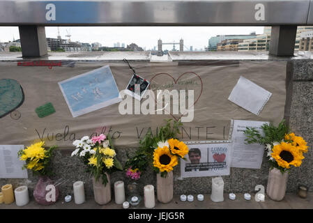 London, UK. 24th June, 2017. London, UK. 24th September 2017. Tributes and flowers remembering those killed in the - Stock Photo
