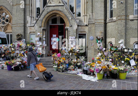 London, UK. 25th Jun, 2017.    Tributes are laid outside the Notting hill methodist Church in the Aftermath of The - Stock Photo