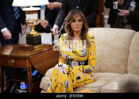 Washington, USA. 26th Jun, 2017. U.S. first lady Melania Trump attends a meeting in the Oval Office between President - Stock Photo