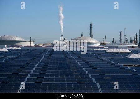 Los Angeles, USA. 26th June, 2017. Photo taken on June 26, 2017 shows the 16.4 Megawatt (DC) Westmont Solar Energy - Stock Photo