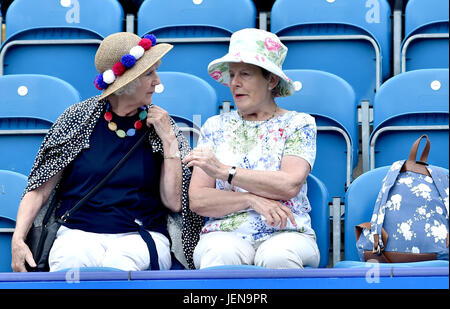 Eastbourne, Sussex, UK. 27th June 2017. These ladies enjoy a chat on Ladies Day at the Aegon International Eastbourne - Stock Photo