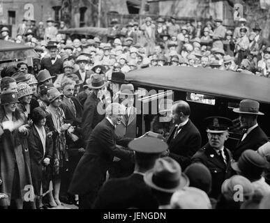 President Calvin Coolidge and his Wife, Grace, Exiting Automobile, Washington DC, USA, Harris & Ewing, April 1927 - Stock Photo