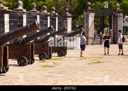Tourists in front of cannons at Castillo de la Real Fuerza or Castle of the Royal Force a museum in Havana, Cuba. - Stock Photo