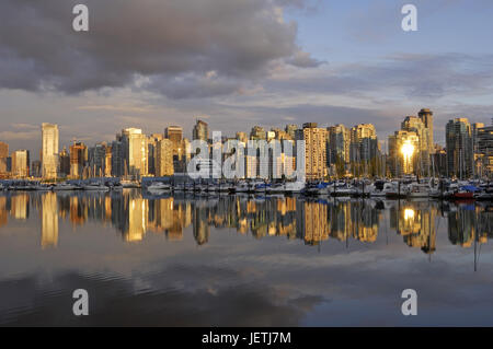Vancouver skyline with Coal Harbour, photographed from Stanley Park., Vancouver Skyline mit Coal Harbour, fotografiert - Stock Photo