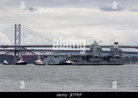 Aircraft Carrier HMS Queen Elizabeth leaving the Rosyth Dockyard in Fife, Scotland - Stock Photo