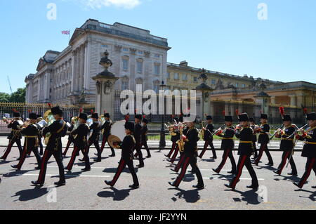 Stock Photo - 10th June 2017. Massed Military Bands march past Buckingham Palace at end of the rehearsal for Queens - Stock Photo