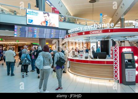 Currency exchange kiosk in departure lounge terminal 5 london stock photo 136938985 alamy - Bureau de change crawley ...